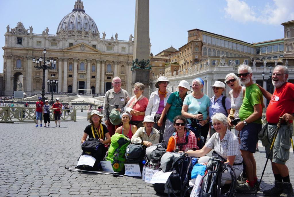 Die Schweizer Pilgerinnen für eine stärkere Rolle der Frauen auf dem Petersplatz (Foto: Vera Rütimann)