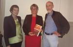 """Luzia Sutter Rehmann  mit ihrem neuen Buch """"Wut im Bauch"""" umrahmt von den Laudatoren Kathy Ehrensberger und Beat Dietschy (re). Foto: Esther Gisler Fischer"""