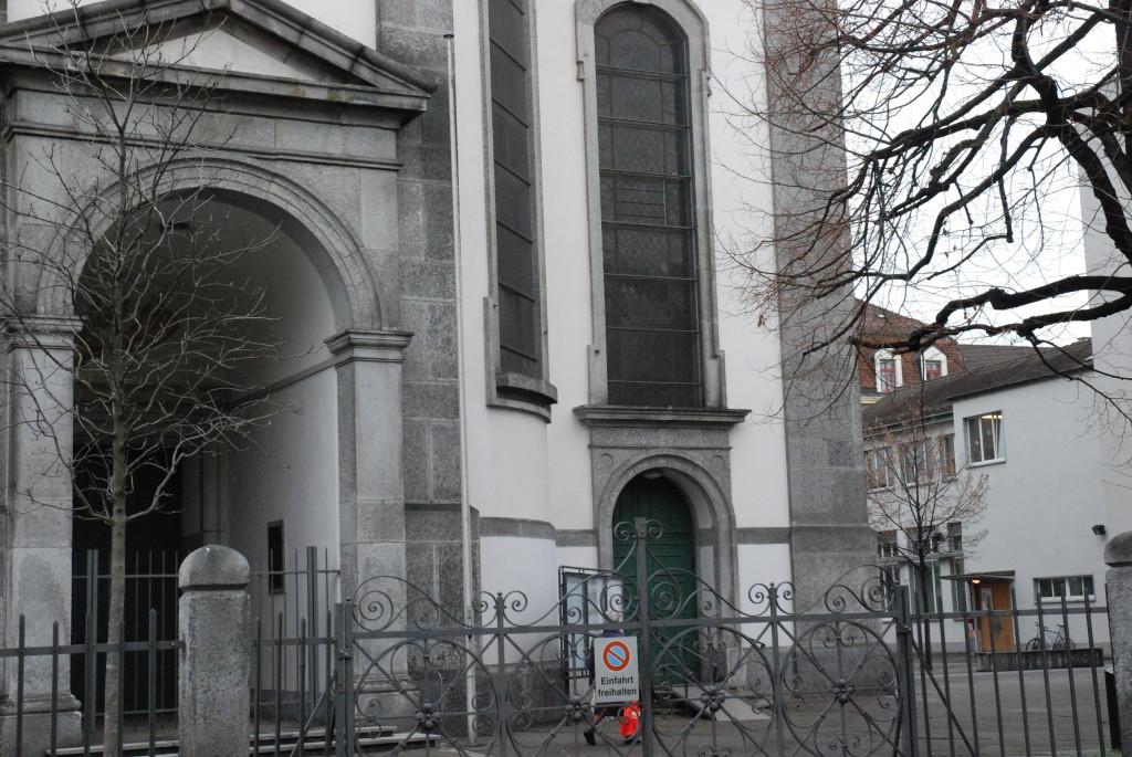 Die Basler Pfarrei St. Josef mit dem Pfarreiheim rechts im Hintergrund (Foto: Wolf Südbeck-Baur)