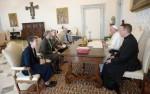 Papst Franziskus in der Bibliothek des Apostolischen Palastes mit Verantwortlichen der US-amerikanischen Schwesternvertretung LCWR (Foto: L`Osservatore Romano)